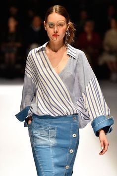 Not the outfit.the makeup! Seoul Fashion, Tokyo Fashion, Denim Fashion, Fashion 2017, Fashion Show, Fashion Outfits, Womens Fashion, Fashion Trends, Stripes Fashion