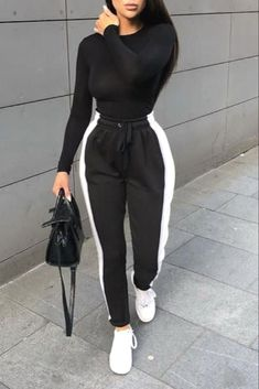 Traje casual y cómodo de mujer de moda con un jogging negro con s blanco - We direct you with the many faces of high fashion for women to assist you make or appreciate the new sets hitting the market. Winter Fashion Outfits, Swag Outfits, Mode Outfits, Cute Casual Outfits, Look Fashion, Stylish Outfits, Stylish Clothes, Womens Fashion, White Outfits