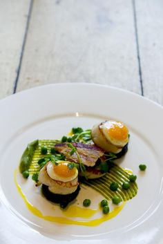 Pan Seared Scallops, Cauliflower Puree, Crispy Shallots Brunch Recipes, Gourmet Recipes, Cooking Recipes, Food Plating, Plating Ideas, Molecular Gastronomy, Culinary Arts, Food Design, Food Presentation