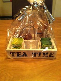 Thee cadeau: houten kistje met verschillende theesoorten, schaaltjes voor de theezakjes, stroopwafeltjes, theeglazen en honing. (WvN)