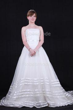 Robe de mariée princesse sans bretelle décorée de rubans rangés en satin