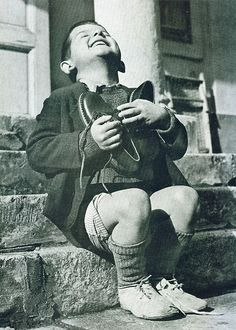 İkinci Dünya Savaşı'nda yeni ayakkabılarına kavuşan Avusturyalı çocuğun mutluluğu.