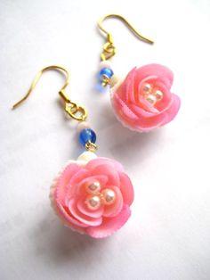 小さな貝殻で桜の花を表現しました。ピアスです。白い貝殻の中にポッと桜の花が咲きました。白とピンクの色合いがフェミニン♪ピンクのキャッツアイビーズとサファイア色... ハンドメイド、手作り、手仕事品の通販・販売・購入ならCreema。