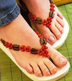Check out these DIY flip flop projects with beads and embellish your old sandals in a day. Flip flops come in a variety of colors and can match any outfit. Flip Flops Diy, Flip Flop Craft, Crochet Flip Flops, Flip Flop Shoes, Beaded Sandals, Embellished Sandals, Flip Flop Images, Decorating Flip Flops, Comfortable Flip Flops