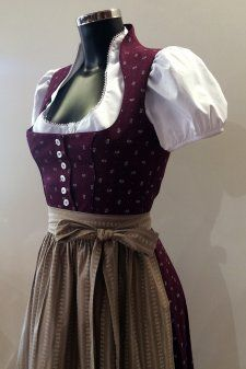 #Farbbberatung #Stilberatung #Farbenreich mit www.farben-reich.com Dirndl Beere - mit Schneewittchenkragen - Vintage Style - 80 cm Rocklänge - reine BW
