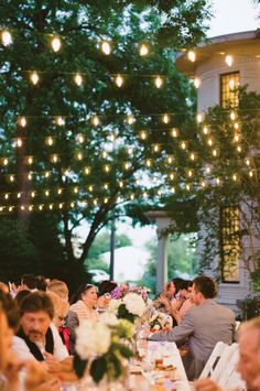 Pretty outdoor lighting - perfect for an outdoor wedding. Photo by Honey Honey Photography. #wedding #lighting