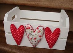 ^^  como decorar cajones los corazones romántica opción! Hobbies And Crafts, Diy And Crafts, Arts And Crafts, Wooden Crates, Wooden Boxes, Felt Crafts, Wood Crafts, Valentine Crafts, Valentines
