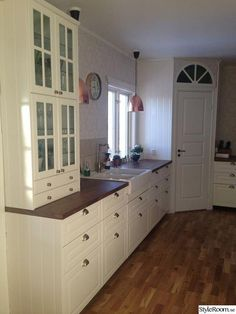 White kitchen with corner pantry Corner Kitchen Pantry, Kitchen Redo, Kitchen Remodel, Kitchen Design, Kitchen Cabinets, Kitchen Interior, Interior Design Living Room, Ikea Bodbyn, Country Kitchen