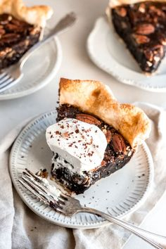 Chocolate Bourbon Pecan Pie // With a decadent chocolate filling and a splash of bourbon! It's all wrapped up in a flaky, buttery pie crust - top it off with a dollop of whipped cream Healthy Recipes, Pie Recipes, Sweet Recipes, Baking Recipes, Dessert Recipes, Baking Tips, Chocolate Bourbon Pecan Pie, Decadent Chocolate, Chocolate Recipes