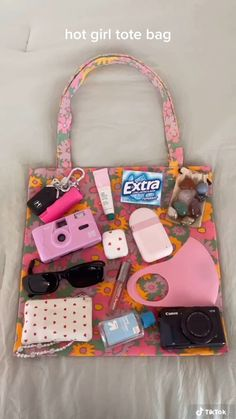 Summer Girls, Summer Time, Glo Up, Inside My Bag, Summer Tote Bags, Diy Tote Bag, What In My Bag, Summer Aesthetic, Travel Accessories