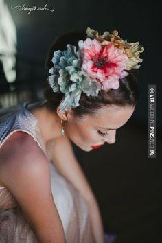 Frida é querida e nossa inspiração também. Hoje vamos trazer uma séria de ideias de penteados para noivas inspirados no estilo mexicanoda pintora Frida Kahlo. Esse estilo apresenta flores grandes …