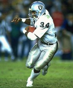 Heisman Trophy Winner Bo Jackson of Auburn University drafted by thw Oakland Raiders Los Angeles Raiders Silver and Black But Football, Oakland Raiders Football, Nfl Football Players, Oakland Athletics, Baseball, College Football, Nfl Raiders, Football Uniforms, Football Memes