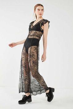 186d8ec2a3af5a Slide View  5  UO Sheer Lace Short Sleeve Midi Dress