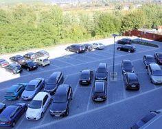 Przy hotelu znajduje się monitorowany parking do dyspozycji Gości.