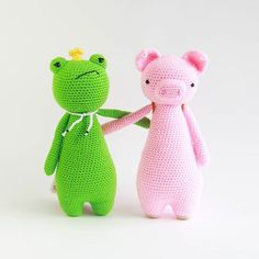 Pig invited Frog to travel along, but King Frog's feet already hurt after four steps!  . Crochet patterns can be found in my store. The link us in my instagram bio.  . #littlebearcrochets #crochet #amigurumi #haken #häkeln #crochê #croche #hekla #hekle #hækle #virka #virkkaus #ganchillo #instagram #uncinetto #etsy #etsyshop #ravelry #Вязание #амигуруми #كروشيه #crocheting #kawaii #cute #instacrochet #crochetersofinstagram
