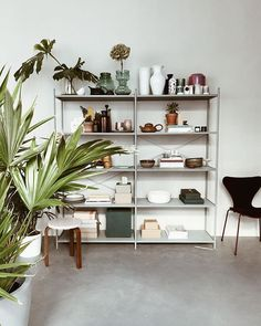 Although being a workplace, her studio Maison Palme serves as an extension of her living room; from her son stopping by after work to lovely dinners and parties with friends Home Office Design, Home Office Decor, Diy Home Decor, Diy Decoration, Office Ideas, Decor Ideas, Decorating On A Budget, Interior Decorating, Interior Design