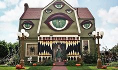 What This Daughter Did to Her Parents' House for Halloween Will Blow You Away Halloween Rustique, Rustic Halloween, Christine Mcconnell, Dressed Up Dogs, La Danse Macabre, Creepy Houses, Monster House, Dogs And Kids, Pretty Cool