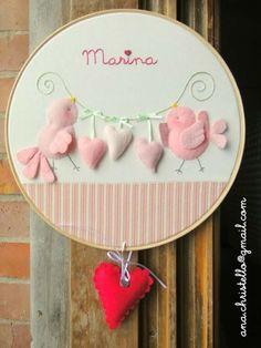 enfeites-de-maternidade-passarinhos Baby Crafts, Felt Crafts, Diy And Crafts, Crafts For Kids, Arts And Crafts, Diy Mobile Embroidery Hoop, Embroidery Hoop Art, Felt Wreath, Deco Floral