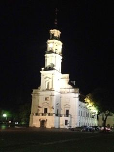Kaunas Town Hall in the Old Town. Obviously, a popular spot for weddings! Modern City, Town Hall, Lithuania, Old Town, Statue Of Liberty, Old Things, Popular, Weddings, Old City