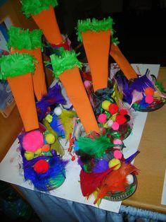 oude schoen inschilderen en bekleven met pluimpjes en balletjes.  Blad inrollen met oranje verf en er een wortel van maken.