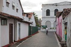 Rua em Forte Galle no Sri Lanka. Fotografia: Horvath Bence n o Flickr.