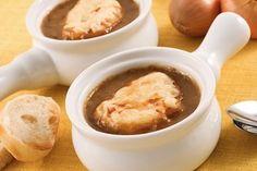 8 cebolas 3 colheres (sopa) de manteiga sem sal 2 dentes de alho 4 colheres (sopa) de farinha de trigo 2 colheres (sopa) de cachaça 1 litro de caldo de frango ou caldo de carne ½ xícara (chá) de vinho branco seco 2 cravos da Índia 1 buquê garni: com um barbante amarre a folha de louro, tomilho fresco e salsinha formando um sachet de ervas Sal e pimenta do reino a gosto Torrada: 1 baguete 200g de queijo Gruyére ou queijo suíço ralado