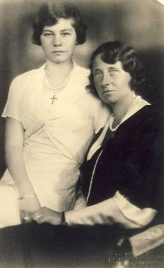 Viktoria Luise with her daughter, Friederike, who later became Queen of Greece.