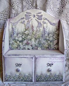 Very pretty decoupage work. Decoupage Wood, Decoupage Vintage, Vintage Crafts, Hand Painted Furniture, Recycled Furniture, Fabric Painting, Painting On Wood, Pintura Country, Wooden Crates