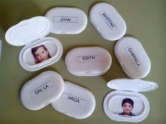 Reutiliza las tapas de las toallitas para crear estas divertidas chapas con los nombres de los alumnos