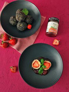 Die Erdbeerzeit ist so kurz, deshalb ein Grund mehr zahlreiche Rezepte zu probieren. Quark Knödel können je nach Saison mit unterschiedlichen Obst gefüllt werden. Dieses Rezept ist fettarm und reich an Protein. Protein, Eggs, Breakfast, Food, Rolled Oats, Strawberries, Food Food, Recipes, Morning Coffee