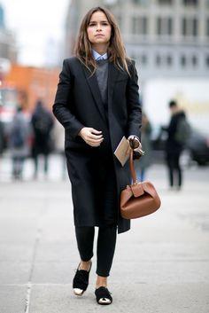 Laagjes; denim overhemd, grey cardigan, heren minimalistische jas