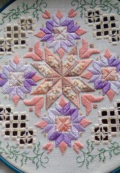   istemsiz kız kraliçe Vsplaknet: Yağmur gözyaşları alle döktü. Misty damla Sonbahar Şafak serin büyüdü kirpik titremek. Hardanger Embroidery, Embroidery Patterns, Hand Embroidery, Bargello, Elba, Fabric Art, Needlework, Quilts, Blanket