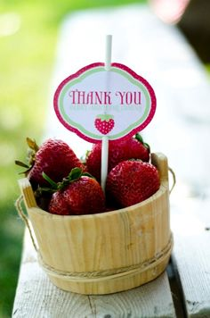 Baskets centerpieces filled with strawberry and centerpiece
