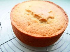 バター・卵・牛乳なし!アクアケーキ♡ 話題入り感謝です♬卵アレルギー・乳糖不耐症対応レシピ☆スペルト小麦粉を使っていますが、普通の小麦粉でも大丈夫ですよ^^ 材料 (15cm丸型1台分) ☆さとう 70~100g(もっと減らしてもOK) ☆水 165g サラダ油 45g ★スペルト小麦粉 150g ★ベーキングパウダー(アルミニウムフリー) 8g ※レモンの皮のすりおろし 1個分 作り方 1 オーブンを180℃に予熱しておく。 さとう、小麦粉・BPはふるっておく。 2 ボウルに☆の材料をいれて混ぜる。砂糖水です。 3 ②にサラダ油を加えてよく混ぜる。 4 ★の粉類を加えてよく混ぜる。 5 レモンの皮を加えて混ぜる。 これで生地が出来上がりました^^ 6 薄くサラダ油を塗った型に流し入れ、軽く空気抜きをし、180℃に予熱したオーブンで50分焼く。 7 完成です!!