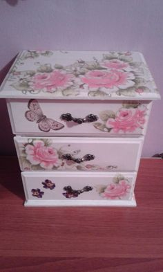 Diy Furniture Tables - New ideas Diy Furniture Table, Decoupage Furniture, Decoupage Art, Painted Furniture, Jewelry Box Makeover, Decoupage Tutorial, Painted Chest, Pretty Box, Shabby