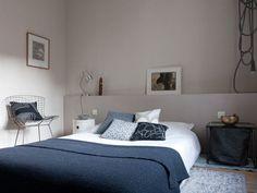 Chambre design bleu-gris charme épuré minimaliste misant sur le confort et la fonctionnalité.