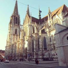 War Regensburg früher vor allem unter Studenten ein absoluter Geheimtipp, gehört die Hauptstadt der Oberpfalz jetzt zu den beliebtesten und dynamischsten Städten Deutschlands.  Kein Wunder, denn Regen... Sunny Days, Barcelona Cathedral, Travel, Life, Instagram, Regensburg, Students, Viajes, Destinations