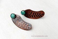 orecchini pendenti a perno con motivo a foglie iniciso e bezel