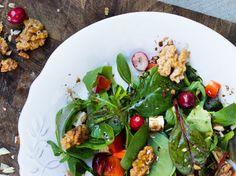 Salat mit Walnüssen, Ziegenkäse und Honigsenf-Dressing