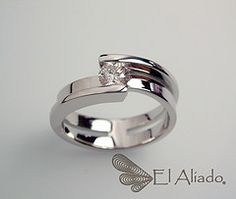 "© Anillo ""Between us"" oro blanco 18k con diamante de 30 puntos talla brillante."
