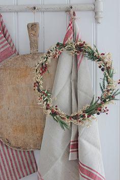 ideas kitchen scandinavian style studios for 2019 Christmas Yard, Christmas Colors, Christmas Lights, Christmas Holidays, Christmas Kitchen, Christmas Wreaths, Kitchen Interior Diy, Vibeke Design, Handmade Kitchens