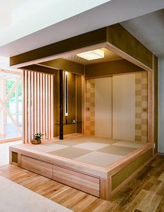 桧造りの小さな畳コーナーです。縦格子やガラスの飾り棚が和室にモダンな印象を醸します。