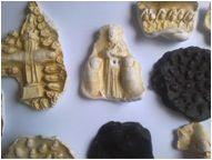 Sagrado Encarnado (Diversas Peças) Múltiplos de plástico e metal e dedos gravados em argila e positivados em gesso e cera. Peças a partir de 6,5 x 4 x 2,0 cm Pequeno: R$: 480,00 - Grande: R$ 980,00