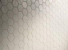 """Deze week in de """"spotlight"""" ZESHOEKIGE TEGELS (hexagon tegels). We hebben ze in verschillende kleuren, van moderne grijze betonlook tot warme terra tinten. Verschillende maten, van schattige kleine mozaïek tegels tot grotere maten ca. 34,5 x 40 cm. Voor een leuk speels, maar niet té opvallend effect, kunt u kiezen voor de zeshoekige tegels met uni …"""