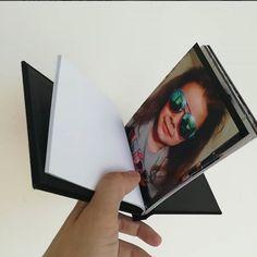 Pinchbook, perefct pentru zile onomastice, nunti,botezuri,cununii,petreceri private, sedinte foto. Disponibil în dimensiuni de 10x15 13x18 A 4 A3. Opțiuni de culoare neagră și maro. Minimum 5 pagini / maxim 25 de pagini pe carte. Paginile sunt tipărite la alegere pe hartie lucioasa premium de 260 grame Professional sau hartie profesionala A 4 lucioasa, satin, lustre, lustre metalic ce vă oferă caracteristici de printare de lux.
