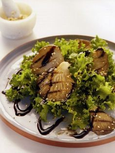 Πράσινη σαλάτα με ψητά μανιτάρια και σουσάμι - www.olivemagazine.gr