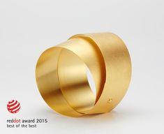 Armreif TIRA,2015,750 Gold, Foto Martin Kaufmann