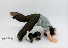 Niño jugando con su perrito, escala 1/12