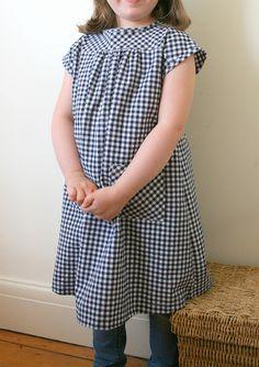 Hollywood Cerise Dress Ottobre 3/2012, Modell 13: hinten mit Knopfleiste, ähnlich Lisabet von Fabelwald