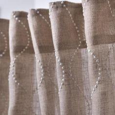 Vorhänge aus naturbelassenem Naturleinen, luftig dekorativ und mit gutem Gewissen. Das Label Indradanush macht vor wie´s geht. Zaubere dir mit den handgemachten Dekoschals eine ganz besondere Atmosphäre in dein Zuhause. Curtains, Home Decor, Textile Fabrics, Wave Pattern, Weaving, Ad Home, Handarbeit, Nice Asses, Blinds
